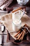 Yogur cocido de la leche con canela en los tarros de cristal Imagen de archivo