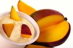 Yogur con el mango Fotos de archivo