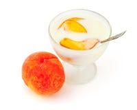 Yogur con el melocotón imagen de archivo libre de regalías