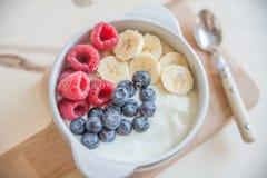 Yogur con la fruta fresca Fotos de archivo