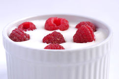 Yogur con las frambuesas Fotos de archivo