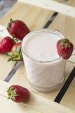 Yogur con las fresas Imagenes de archivo