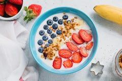 Yogur con las frutas frescas, las bayas y el granola Fotos de archivo