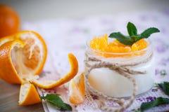 Yogur con las mandarinas Imagenes de archivo