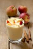 Yogur con los pedazos de manzana y de melocotón Foto de archivo