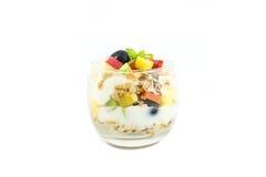 Yogur con muesli y bayas en pequeño vidrio fotos de archivo libres de regalías