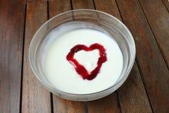 Yogur de fruta en forma de corazón Foto de archivo