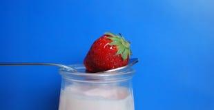 Yogur de la fresa Imagenes de archivo