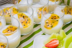 Yogur de la fruta de la pasión del desayuno y ensalada de fruta Imagen de archivo
