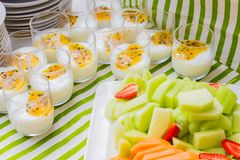 Yogur del desayuno y ensalada de fruta Fotografía de archivo libre de regalías