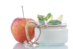 Yogur dulce casero con las manzanas Imagen de archivo