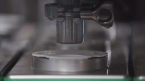 Yogur embalado en envases de plástico en cadena de producción Línea de envasado en la fábrica de la lechería almacen de video