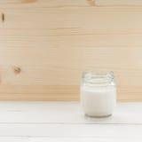 Yogur en la tabla blanca Imagen de archivo libre de regalías