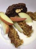 Yogur, flapjack de la miel, brownie y postre de la manzana Foto de archivo libre de regalías