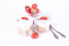 Yogur, fresas en un fondo blanco Foto de archivo libre de regalías