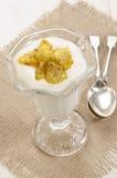 Yogur fresco con la fruta del cactus Fotos de archivo
