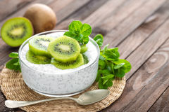Yogur fresco del kiwi con las frutas y las semillas del chia Fotografía de archivo libre de regalías
