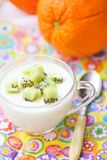 Yogur fresco hecho en casa con la fruta imagenes de archivo