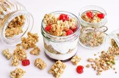 Yogur griego con la cereza y el granola secos Fotos de archivo libres de regalías