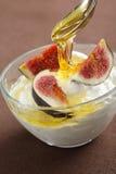 Yogur griego con los higos y la miel Imagen de archivo libre de regalías
