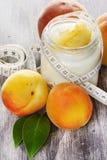 Yogur hecho en casa con el albaricoque fresco en la tabla de madera Imagen de archivo