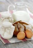Yogur, leche y pan hechos en casa en un vector de madera Fotos de archivo libres de regalías
