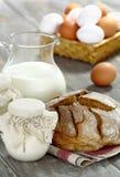Yogur, leche y pan hechos en casa en un vector de madera Foto de archivo