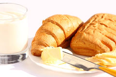 Yogur, mantequilla, queso, croissant y rodillo Foto de archivo
