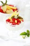 Yogur natural con las frutas frescas Fotografía de archivo libre de regalías
