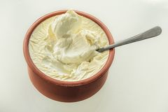 Yogur natural en un pote de arcilla de leche del ` s de la vaca Primer Foco selectivo truncamiento fotos de archivo libres de regalías