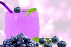 yogur o batido de leche del smoothie del jugo del bluberryfruit con la fruta Foto de archivo libre de regalías