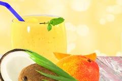 Yogur o batido de leche del smoothie del jugo del coco del mango con la fruta Imagenes de archivo
