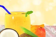 Yogur o batido de leche del smoothie del jugo del coco del mango con la fruta Imágenes de archivo libres de regalías