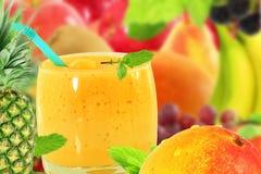 Yogur o batido de leche del smoothie del jugo del mango de la piña con la fruta Foto de archivo