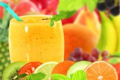 Yogur o batido de leche mezclado del smoothie del zumo de fruta con la rebanada de la fruta Fotos de archivo