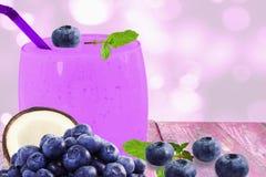 Yogur o batido de leche multy bluberry del smoothie del zumo de fruta del coco con la fruta Imágenes de archivo libres de regalías