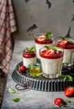 Yogur Panna Cotta con las fresas Fotos de archivo libres de regalías