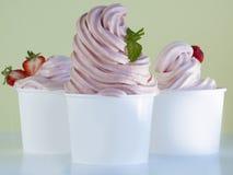 Yogur suave congelado del servicio. Fotos de archivo