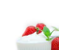 Yogur y fresa griegos orgánicos Imágenes de archivo libres de regalías