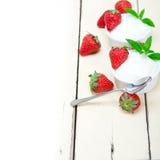 Yogur y fresa griegos orgánicos Foto de archivo libre de regalías
