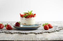 Yogur y Muesli de la fresa Imágenes de archivo libres de regalías