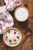 Yogur y requesón con las frutas, visión de arriba Foto de archivo