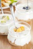 Yogures de fruta fresca Fotos de archivo