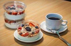 Yogures del desayuno Imagenes de archivo