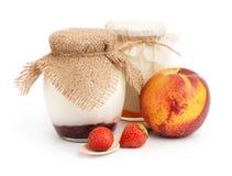 Yogures en tarros con las frutas imagenes de archivo