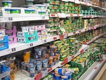 Yogures en un estante de una tienda. Imagenes de archivo
