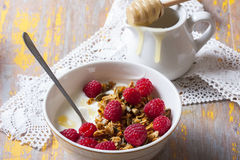Yogurt with baked granola  in small bowl and raspberries.  Homem Stock Photos