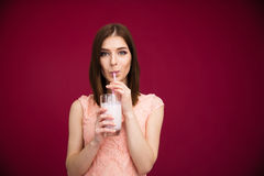 Yogurt bevente della bella donna Immagini Stock Libere da Diritti