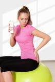 Yogurt bevente della bella giovane donna durante l'allenamento Immagine Stock