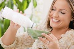 Yogurt bevente della donna Fotografie Stock Libere da Diritti